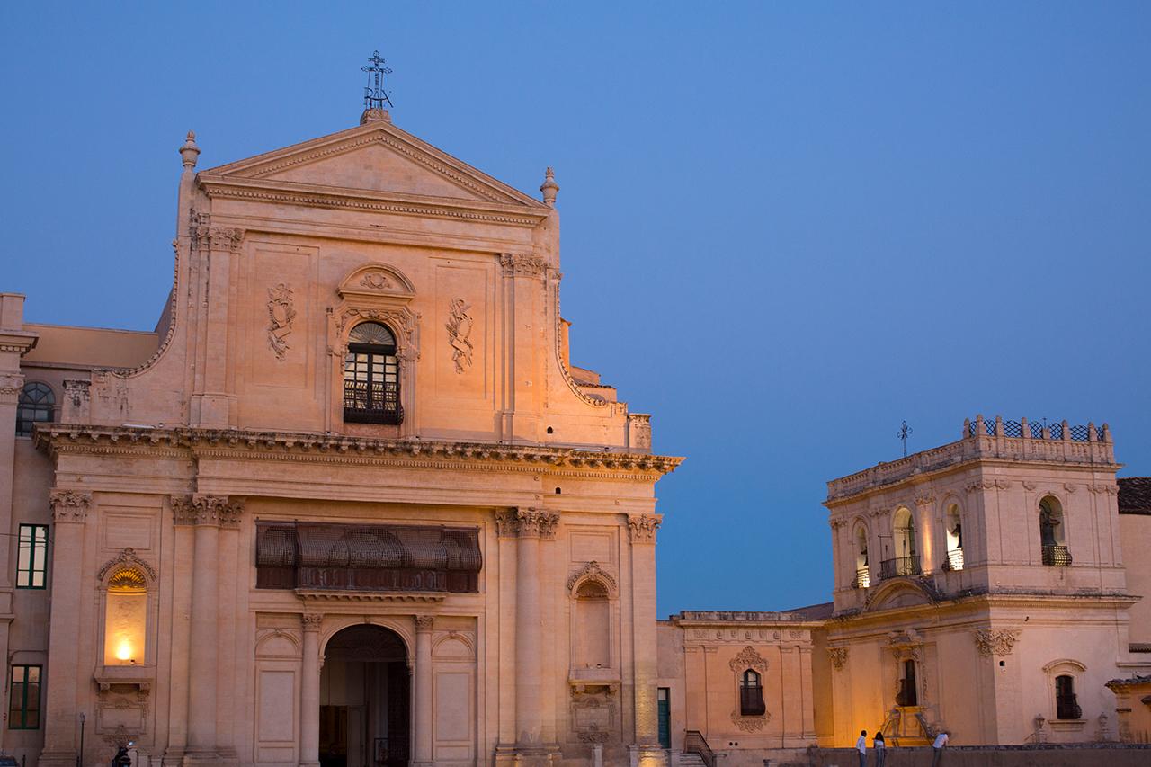 noto basilica ss salvatore night