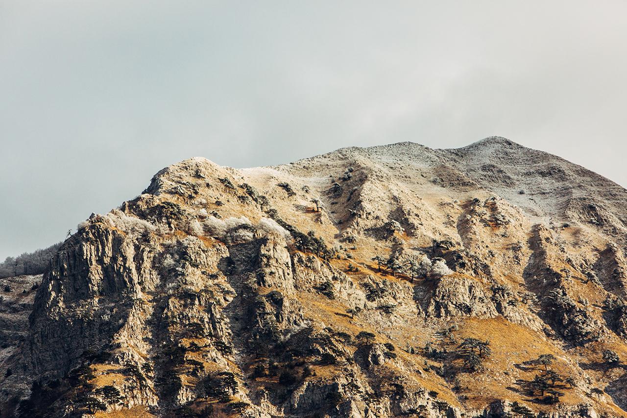monte alpi quasi innevato