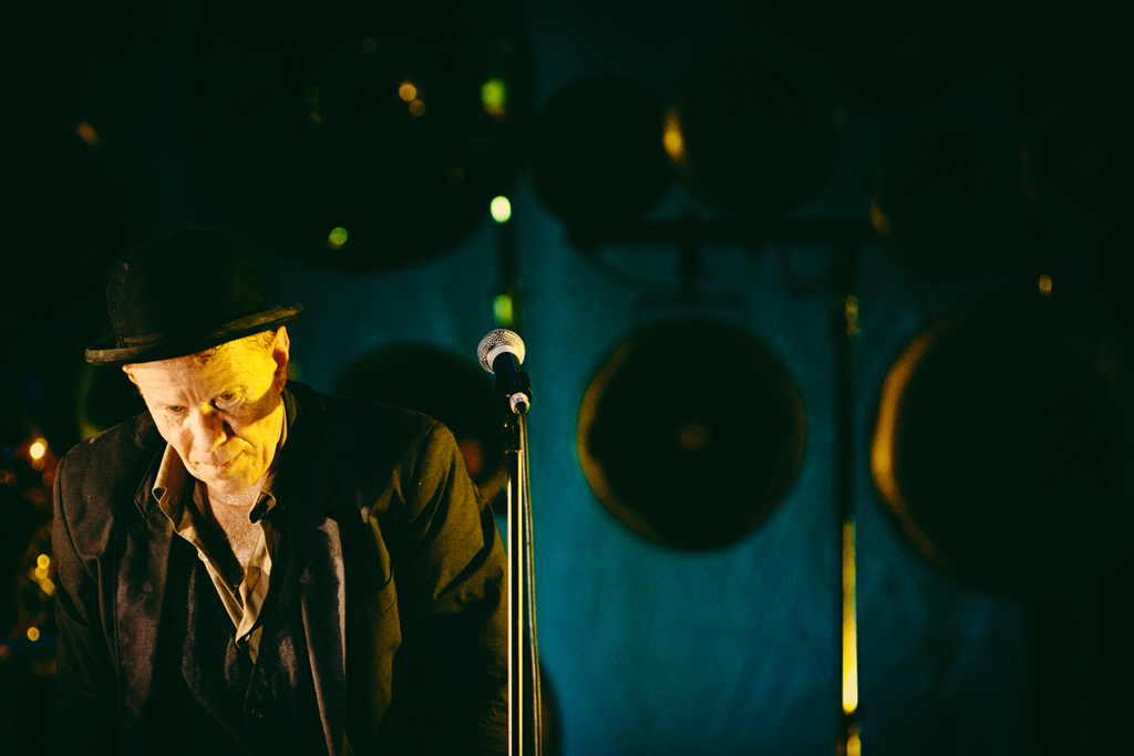 Tom Waits leaving the stage