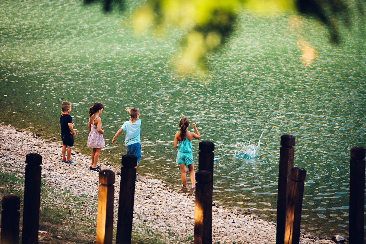 lago sirino throwing rocks